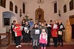 Zpívání koled v kostele v Brandově