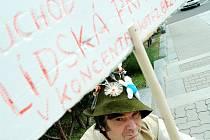 Antonín Han před pěti lety demonstroval v Meziboří, protože mu na poště nevydali invalidní důchod, jelikož si změnil své příjmení.