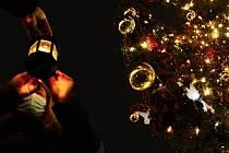 Skauti rozdávají Betlémské světlo u vánočního stromu na 1. náměstí v Mostě.