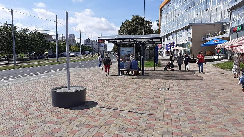 Konstrukce pro instalaci plakátové plochy ve tvaru válce se objevila na zastávce MHD u Prioru, kde stará betonová skruž nebyla.