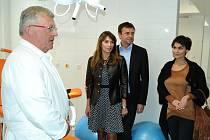 Slavnostní prohlídka zmodernizované porodnice v Mostě. Zleva primář Jiří Krhounek, miliardář Pavel Tykač, jeho manželka Ivana a modelka Vlaďkou Erbovou.