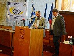 Zasedání mosteckého zastupitelstva. U pultíku primátor Jan Paparega