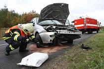 Hasiči zasahují na místě dopravní nehody