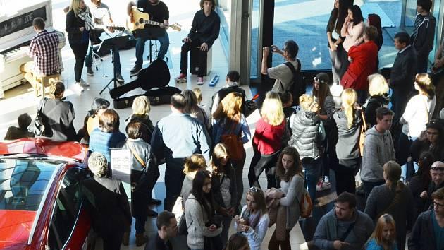 Koncert mladých lidí a jejich učitelů v Centralu u veřejného piana.