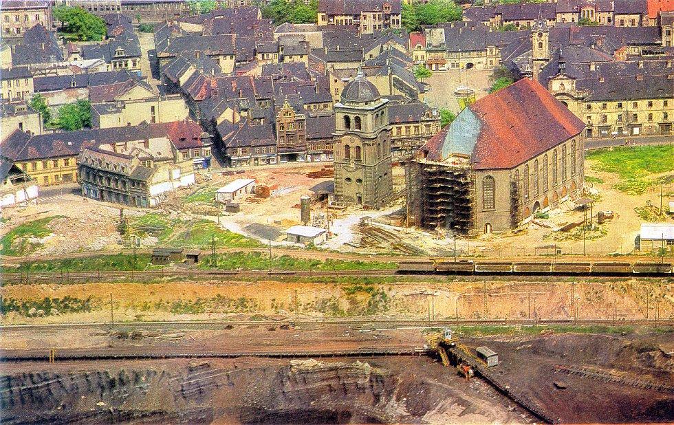 Jedna z nejsložitějších a zároveň nejúspěšnějších technických operací v bývalém Československu slaví 45. výročí. Při likvidaci starého Mostu se na podzim v roce 1975 začal stěhovat po kolejích děkanský kostel. Transfer, o kterém psaly i noviny na Západě,