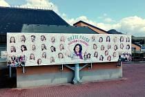Maturitní tablo Střední pedagogické školy v Mostě na stěně místního zimního stadionu