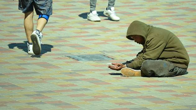 Muž natahuje ruce pro drobné u Business centra v Mostě