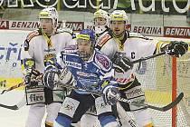Litvínov (v bílém) doma v posledním zápase se štěstím přehrál Kladno.