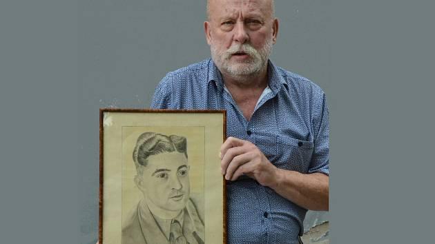 POPUTUJE DO FRANCIE. Karel Novák, předseda Severočeského leteckého archivu Most, drží v ruce obrázek francouzského válečného zajatce z roku 1943, který si jeho dcera začátkem měsíce srpna odveze domů, do Francie.