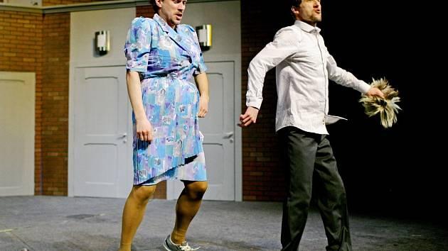 Habaďúru na sociální úřad rozehrává hlavně Eric Swan (Jan Beneš) se svým nájemníkem Normanem Bassetem (Vít Herzina).