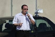 Kampaň extremistů v Obrnicích. Přihlížela hrstka lidí.Kandidát na senátora Tomáš Vandas.