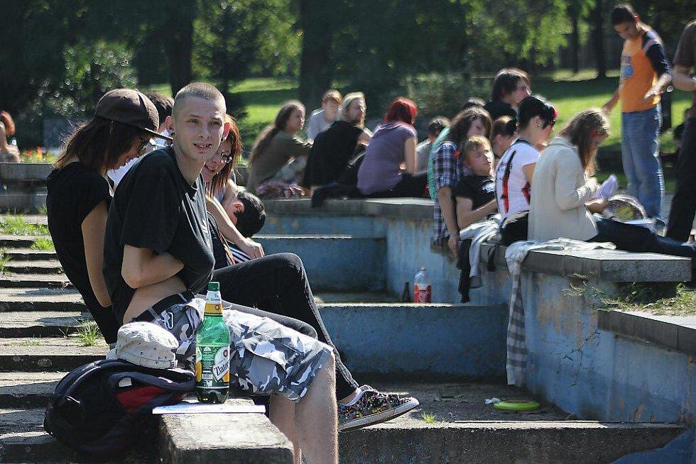 Účastníci hapeningu v mosteckém parku nad sportovní halou.