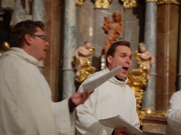 Zpívání koled v mosteckém kostele.
