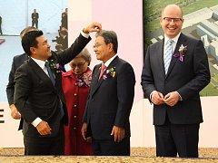 Konfety padají na prezidenta společnosti Nexen Byung Joong Kanga při slavnostním zahájení stavby továrny společnosti Nexen v Triangle, byl říjen 2015.