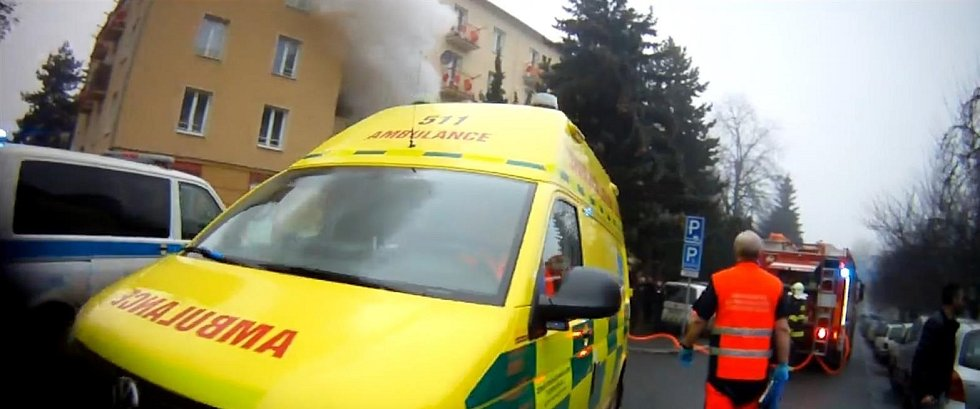 Záběry ze zásahu při požáru v mostecké ulici J. Skupy, kde z hořícího bytu vytáhli 94letého seniora.
