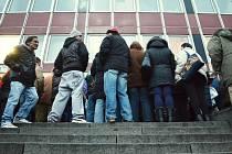 Radní Jiří Zelenka trvá na tom, aby se úřad práce v Mostě přestěhoval z centra města. Kvůli návalům nechalo město odstranit své lavičky ze třídy Budovatelů poblíž úřadu, aby se tam tzv. nepřizpůsobiví nezdržovali.