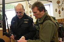 Policista kontroluje myslivce v Dobrčicích.