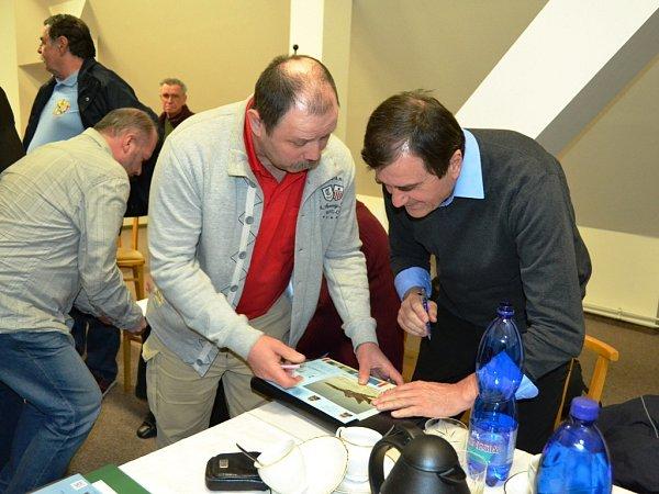 Vmuzeu vMostě se uskutečnila beseda sletci zbývalého letiště vŽatci. Středem pozornosti byl stíhač Václav Vašek, který právě podepisuje leták Display teamu.