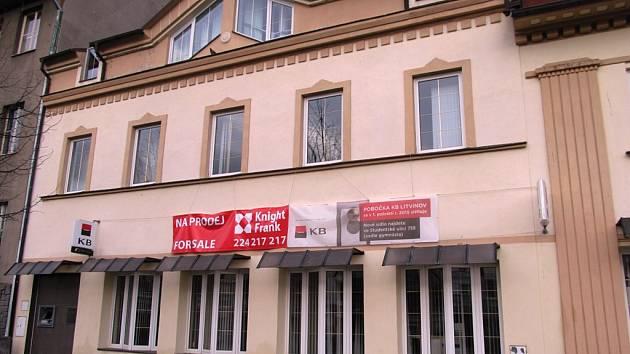 Na budově KB už několik měsíců visí banner, že je objekt na prodej.