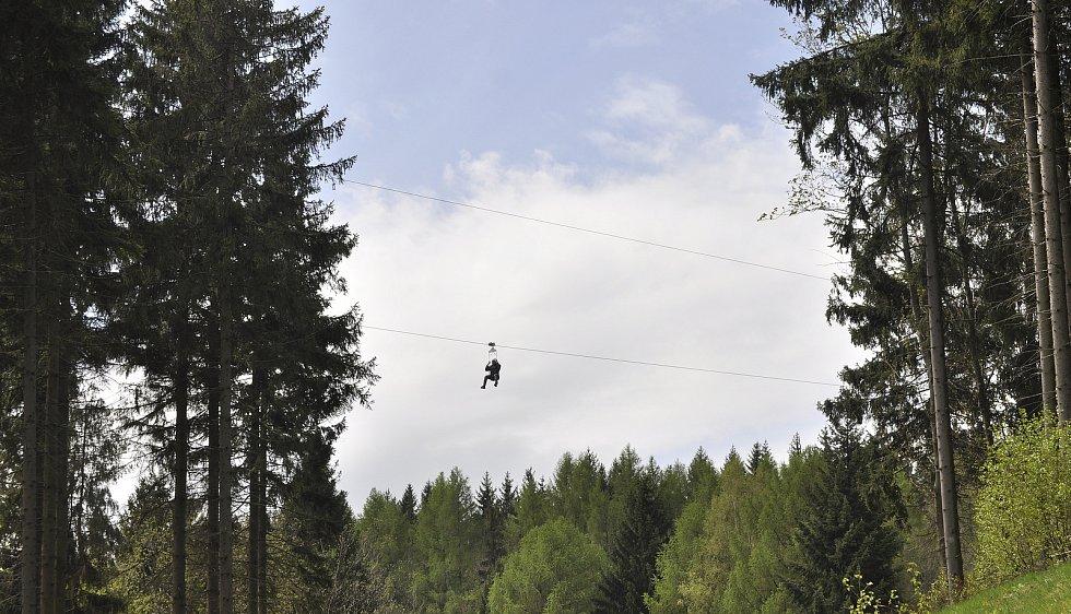 Ve Sport areálu Klíny v Krušných horách na Mostecku zprovoznili lanový skluz (zipline) přes Šumenské údolí.