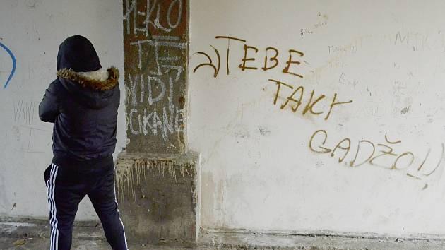 Mosteckým deprivovaným sídlištěm Stovka už přes deset let zmítají sociální potíže. Soužití romské a neromské komunity není dlouhodobě dobré a je čím dál obtížnější.