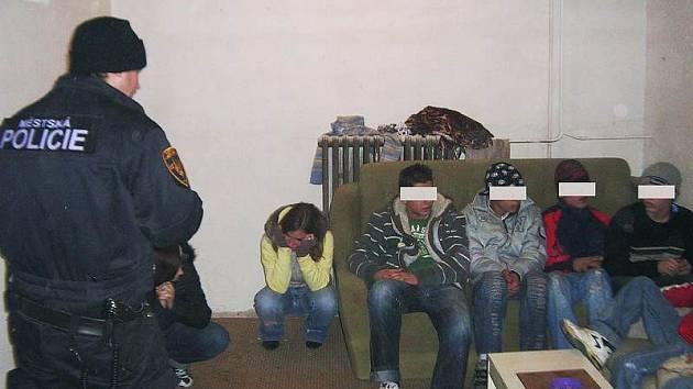 Strážník vykazuje omladinu ze sklepa.