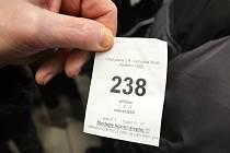 Pořadníkové číslo nezaměstnaného na oddělení sociálních dávek v Mostě.