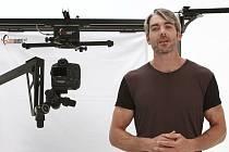 Josef Karas propaguje v anglicky namluvené reklamě českého fotorobota.