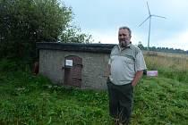 Myslivec Erich Ulbert stojí u zdroje vody na louce v horní části Mníšku.