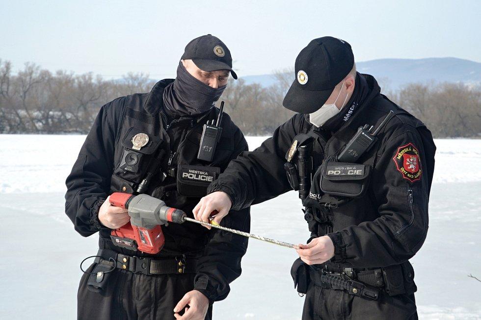 Ústečtí strážníci kontrolovali tloušťku ledu na Habrovickém rybníku