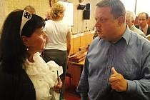Alena Dernerová a Jan Syrový se po zasedání do sebe pustili kvůli nemocnici a urážlivé volební kampani.