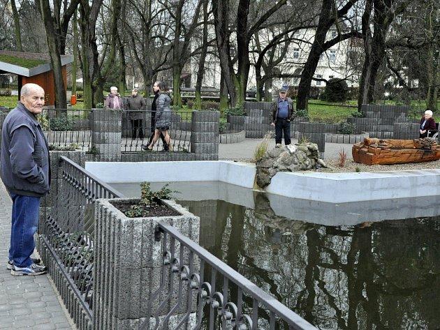 Vylepšená náves v Poleradech u Mostu.