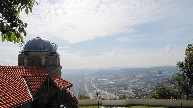 Výhled z Hněvína. Hrad nad Mostem je oblíbeným cílem turistů.