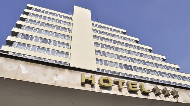 Hotel Cascade v centru Mostu