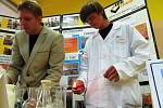 Střední škola Educhem zavítala do Máje se svou chemickou laboratoří.