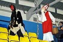 Na hokeji v Mostě byl také Mikuláš s čertem.