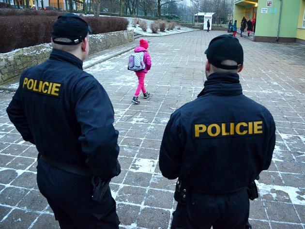 Policejní hlídka střeží ve čtvrtek areál 4. ZŠ, po zahájení vyučování školu obešla, zkontrolovala uzamčení vstupů a prověřila okolí.