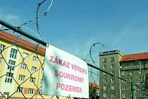 Ostnatý drát mezi soukromým domem a sociálně vyloučenou lokalitou Stovka v Mostě.