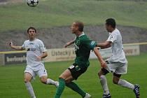 Fotbalisté Mostu (v bílém) prohráli doma v deštivé sobotě se Sokolovem.
