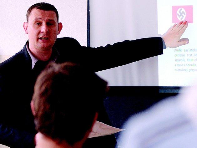 Policejní odborník na extremismus Jan Novak vysvětluje mosteckým studentům původ symbolů krajní pravice.