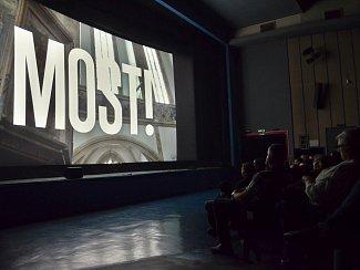 Předpremiéra televizního seriálu Most! v mosteckém kině Kosmos