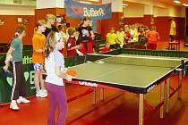 Žáci z několika základních škol si užili sportovní dopoledne se stolním tenisem v mostecké hale.