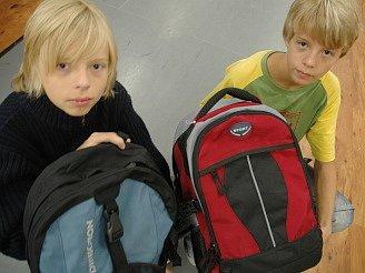 Petr a Pavel Kolínkovi při nákupu nových batohů do školy.
