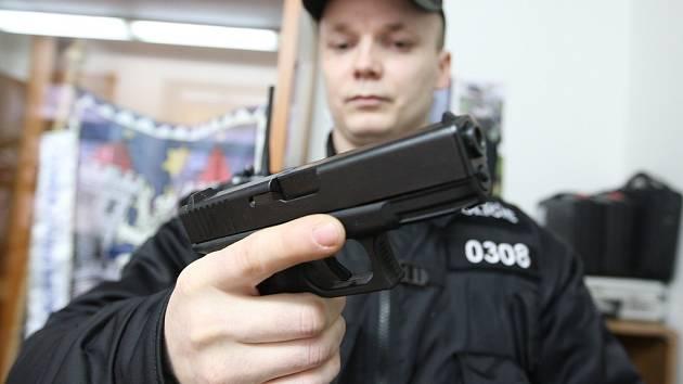 Městská policie v Mostě pořechází na nové rychlonabíjecí pistole, které jsou mnohem lehčí, rychlejší a bezpečnější než ty, které doposud policisté používali.