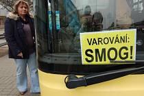 Výstražné cedule SMOG! v MHD v Mostě v březnu 2011.