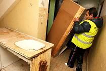 Obecní asistent pomáhá v Obrnicích uklízet zařízení, které chtěli ukrást z opuštěného bytu zadržení zloději.