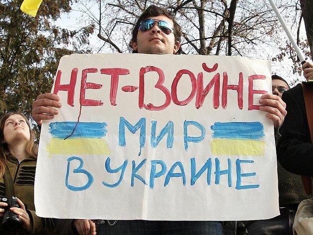 Protest proti válce na Ukrajině.