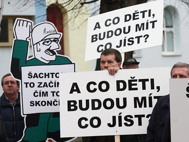 Malá demonstrace horníků v Litvínově v roce 2012. Týkala se sporu o těžební limity u Horního Jiřetína, které se mají podle horníků zrušit.