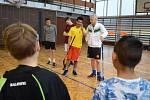 Děti z chanovské školy se zapojily do florbalového tréninku