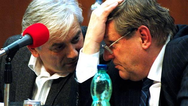 Štefan Maronyák a Jiří Zelenka (oba SMM) při posledním jednání zastupitelů v roce 2008.